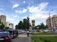 По предварительным данным, стрельбу по сотрудникам ГИБДД открыл таксист. В месте перестрелки перекрыто движение транспорта