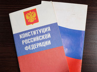 На портале 2020og.ru в 15 пунктах разъясняется суть изменений в Конституцию с указанием конкретных статей, а также описывается, как, где и когда можно проголосовать. Как убедились журналисты нескольких изданий, ни в одном из 15 блоков упоминания статьи, обнуляющей сроки Путина, не было