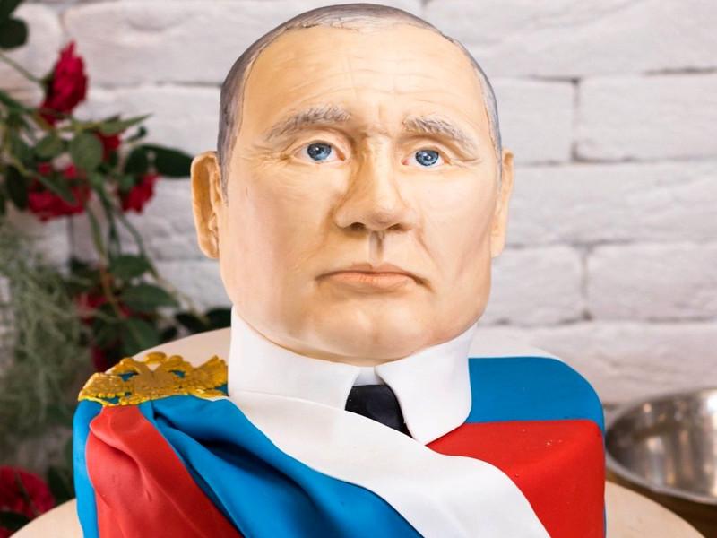 В Якутске ко Дню России подготовили выставку сделанных из торта президентов