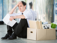 Традиционно работодатели в России пытаются сохранить занятость за счет сокращения зарплат, отправки работников в неоплачиваемые отпуска, а также перевода их в режим неполной занятости. При затяжной пандемии механизмы адаптации перестанут работать, что грозит масштабными массовыми увольнениями