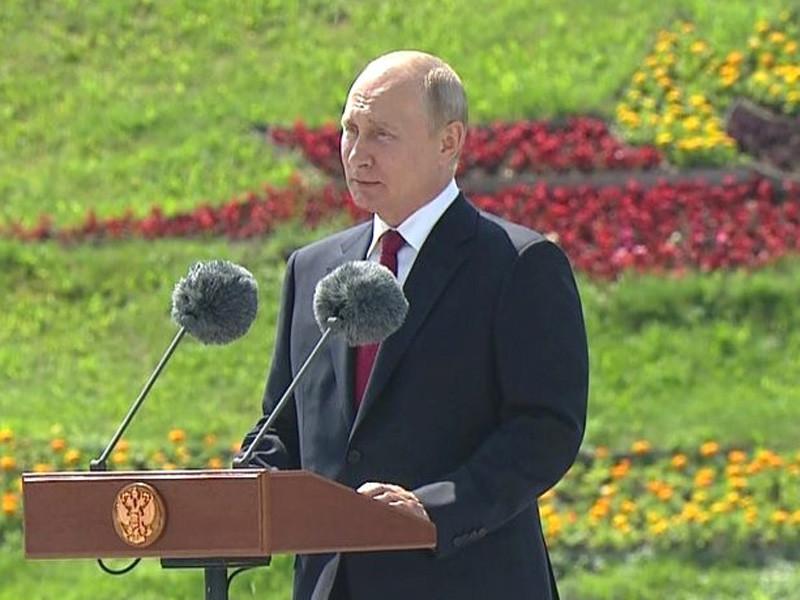 Владимир Путин поздравил россиян и соотечественников, проживающих за рубежом, с Днем России, выступив на церемонии поднятия российского флага на Поклонной горе в Москве