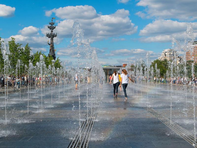 Аномально жаркая погода ожидается в Москве в пятницу, предупредил Гидрометцентр России