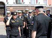 Командующий Балтийским флотом поощрил военнослужащую, потерявшую туфлю во время парада
