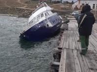 В Байкал вылилось топливо из накренившегося во время шторма судна