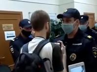 """Журналиста """"Медиазоны"""", которому полицейский сломал руку в петербургском УИКе,  оштрафовали на 2500 рублей"""