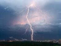 Двух человек госпитализировали в Москве после удара молнии