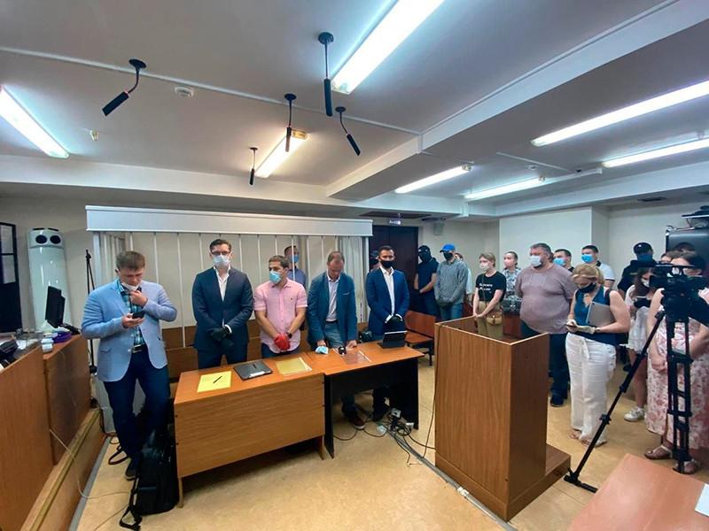В ходе обсуждения процедурных вопросов выяснилось, что председателю Лефортовского райсуда Василию Голованову было направлено уведомление от руководства следственного управления ФСБ , в котором говорилось, что все судебные документы по делу Сафронова составляют тайну следствия, а материалы расследования - гостайну