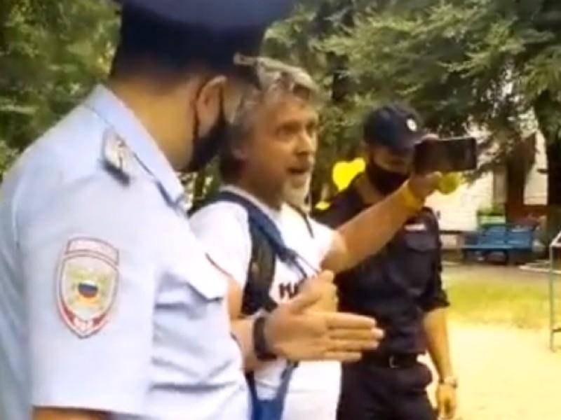 Сотрудники правоохранительных органов задержали блогера Алексея Романова, который на своем YouTube-канале освещал многотысячные митинги в Хабаровске. Видеозапись задержания опубликована на его канале.
