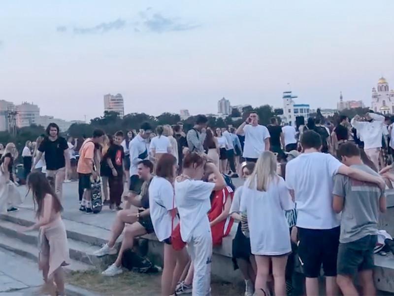 Полиция проводит проверку и устанавливает организаторов массовой вечеринки, устроенной вечером 17 июля под окнами правительства Свердловской области в Екатеринбурге
