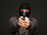 """Вооруженный мужчина в медицинской маске, открыв огонь, похитил 4 млн рублей из отделения """"Совкомбанка"""" в Петербурге (ВИДЕО)"""