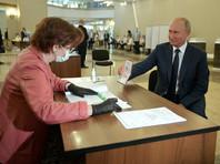 Путин не внял рекомендациям ЦИК и голосовал без маски и перчаток. Ему вручили купон на приз или бонус, хотя главный приз он уже взял
