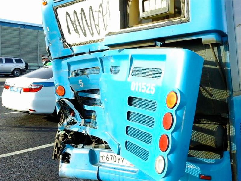 В результате столкновения автобуса и грузовика на Калужском шоссе в Москве пострадали семь человек