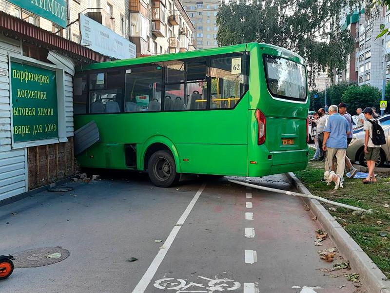 По данным полиции, автобус, следовавший по маршруту N 62, на Ямской улице съехал с дороги, сбил дорожный знак, а затем въехал в фасад здания. В результате ДТП пострадали шесть пассажиров автобуса, в том числе десятилетний ребенок. Все пострадавшие находились в автобусе, всего в нем было 18 пассажиров