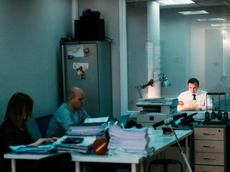 Иван Жданов (на фото - справа) в офисе ФБК