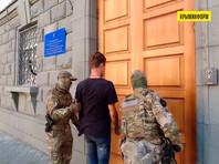 Другим задержанным, но не связанным с этим делом, оказался гражданин Украины, 1998 года рождения, который прибыл в Крым, чтобы, как утверждает ФСБ, искать сообщников с целью дестабилизации общественно-политической обстановки на полуострове