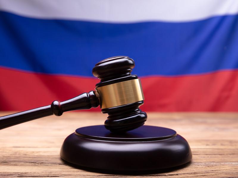 Железнодорожный районный суд Барнаула оштрафовал на 10 тысяч рублей активистку Марию Пономаренко за ношение в суде красной медицинской маски с надписью про президента