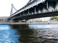В Москве баржа с подъемным краном повредила Крымский мост