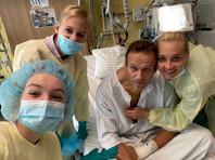 Навальный опубликовал фотографию с супругой Юлией и детьми из больничной палаты