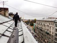 Чиновники районных администраций говорят, что в отдельных домах двери на чердак и крыши взламывают и чинят по нескольку раз в день