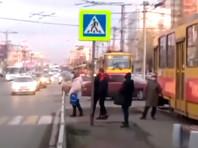 В Барнауле пассажиры без масок почти на два часа парализовали движение трамваев