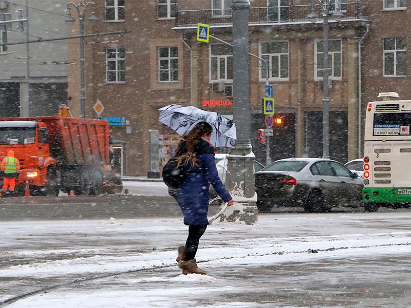 Московское управление МЧС выпустило экстренное предупреждение о неблагоприятных погодных условиях. По прогнозу Росгидрометцентра, уже в субботу вечером в столице ожидаются местами сильные осадки, ночью гололедица, усиление ветра