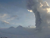На Камчатке вулкан Безымянный выбросил столб пепла высотой до 9 км, припорошило два села