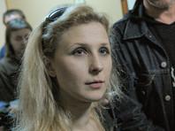 """Полиция задержала участницу Pussy Riot Марию Алехину в дверях редакции """"Дождя"""" (ВИДЕО)"""