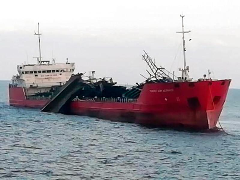"""Российский нефтяной танкер """"Генерал Ази Асланов"""", на котором в субботу произошел взрыв, отбуксирован на якорную стоянку"""