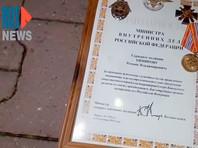 В Хабаровске бывший сотрудник МВД бросил свой значок перед зданием администрации после силового разгона протеста (ФОТО, ВИДЕО)