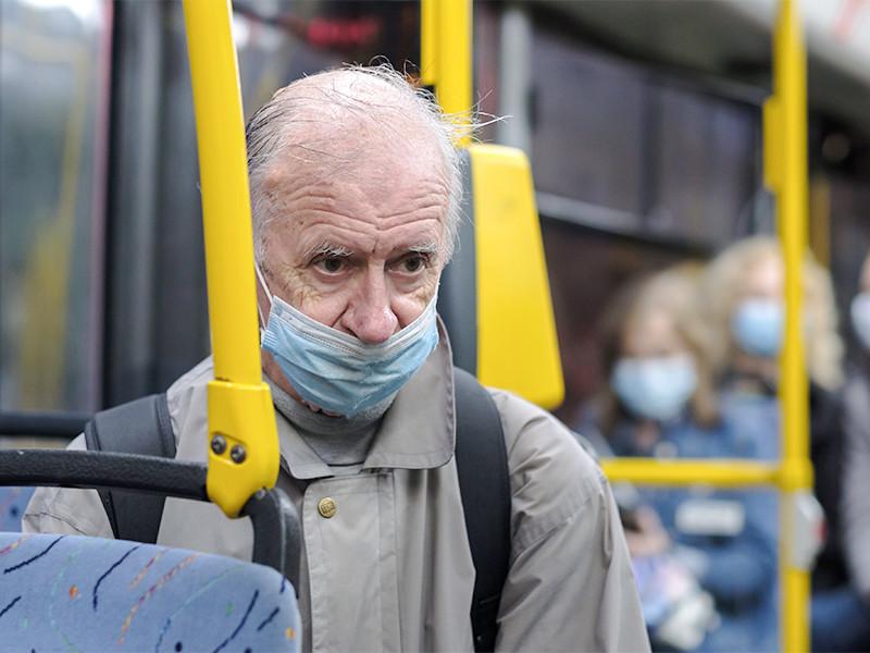 В московской мэрии обсуждают ограничение по времени работы ресторанов, кафе и баров, более активные штрафы за отсутствие масок в общественном транспорте и магазинах, а также допускают блокировку социальных карт москвича, чтобы ограничить передвижение пенсионеров по городу