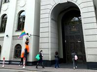 Участники группы Pussy Riot вывесили радужные флаги ЛГБТ-сообщества на зданиях ФСБ на Лубянке, администрации президента, Верховного суда, Министерства культуры и ОВД по району Басманный