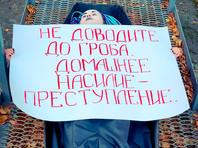 В Казани составили протокол наактивистку, снявшуюся у здания полиции вкартонном гробу сплакатом одомашнем насилии