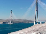 Единственный мост на остров Русский закрыли из-за падения льда. На паром огромные очереди, в магазинах дефицит