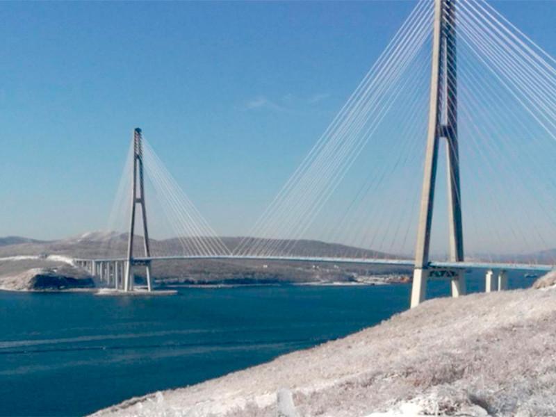 Во Владивостоке закрыли движение по мосту на остров Русский из-за обледенения и падения льда с вантовых конструкций на проезжую часть