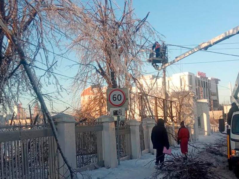 Энергетики устраняют последствия ледяного шторма во Владивостоке
