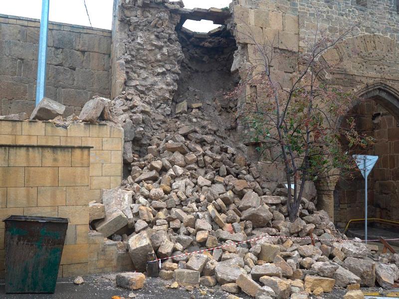 В Дагестане часть южной крепостной стены Дербентской крепости разрушена в результате затяжных дождей
