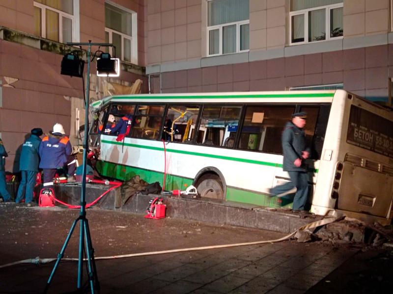Рейсовый автобус врезался в здание Новгородского университета
