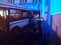 По предварительным данным, пассажирский автобус съехал с насыпи виадука над железнодорожными путями с высоты в несколько метров и врезался в здание