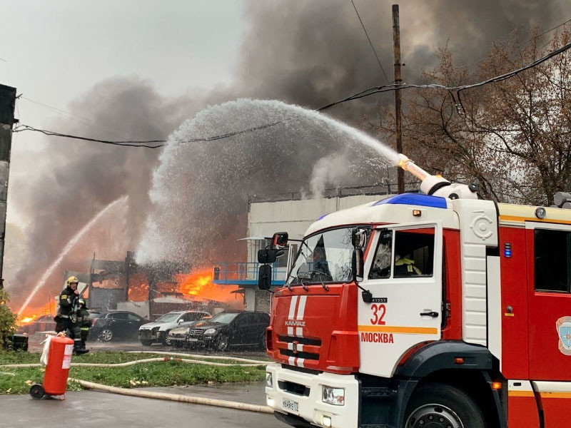В московском районе Южное Чертаново на улице Газопровод загорелся склад с газовыми баллонами