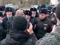 Полицейские в Дагестане вышли на несанкционированную акцию после ареста экс-начальника полиции, обвиняемого в терактах в Москве