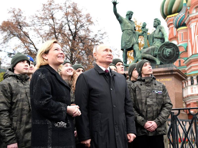 Министр культуры Ольга Любимова пригласила главу государства послушать звон обновленных колоколов на Спасской башне, проект замены которых начался еще в 2017 году