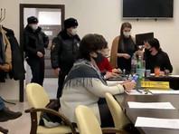 В Петербурге депутат порвал портрет Путина, который повесили вместо портрета Пушкина. Полиция проводит проверку