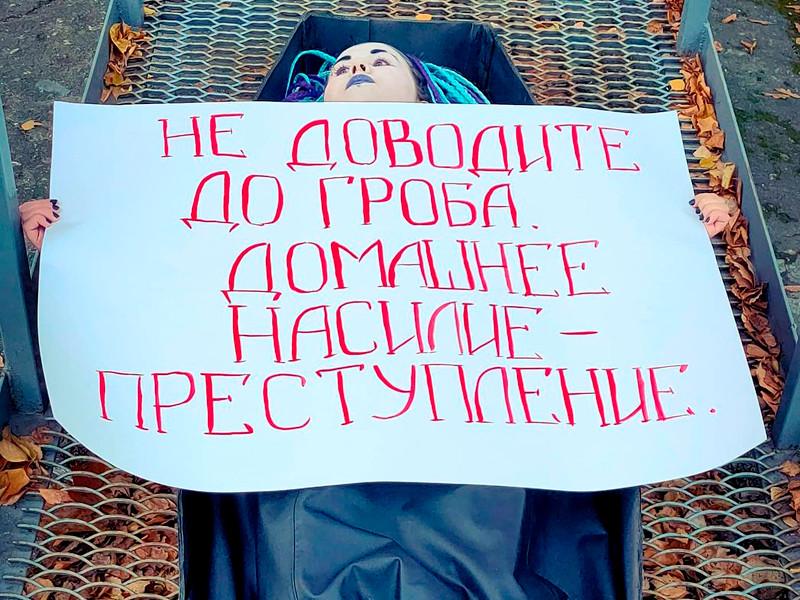 """9 октября """"ФемКызлар"""" опубликовало фотографию Анны Невской в черном картонном гробу у пункта охраны порядка Ново-Савиновского района на Волгоградской улице. В руках она держала плакат """"Не доводите до гроба. Домашнее насилие - преступление"""""""
