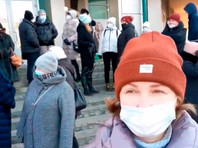 В центре Улан-Удэ около 40 предпринимателей из торговых центров устроили в среду акцию протеста против двухнедельных ограничений на работу, которые были введены с 16 ноября из-за коронавируса. Они потребовали либо полного локдауна с закрытием федеральных сетевых магазинов, либо отмены всех ограничений