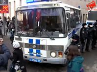 Задержания начались сразу после того, как участники акции вышли на улицу из метро, где было объявлено место сбора