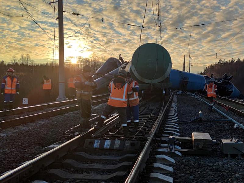 16 ноября в районе станции Новки-I с рельсов сошел подвижной состав, перевозивший мазут