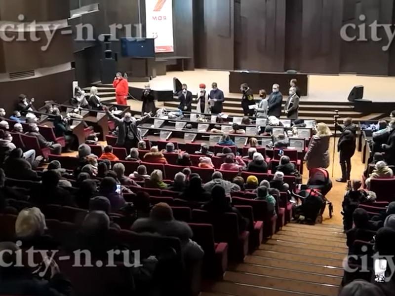 Около 20 жителей Новокузнецка в Кемеровской области после встречи с заместителем мэра Евгением Бедаревым отказались покидать здание администрации и остались там ночевать в знак протеста против транспортной реформы