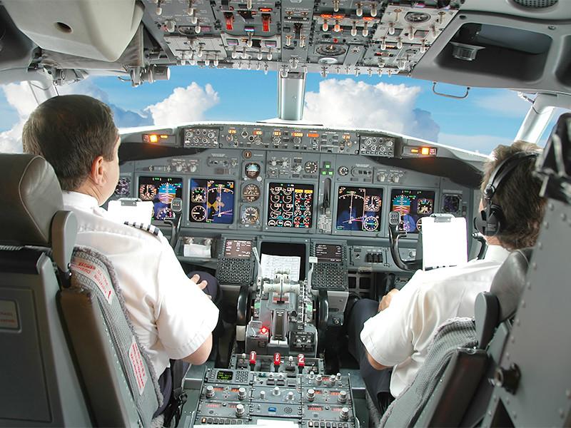 Пилотам российских авиакомпаний как минимум до 30 декабря придется заходить на посадку в десятках региональных аэропортов по бумажным картам и указаниям диспетчеров из-за того, что эти воздушные гавани не успели внести в новую схему полетов