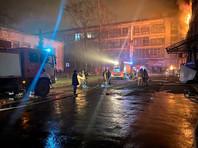 В Петербурге возник сильный пожар в здании электромеханического завода