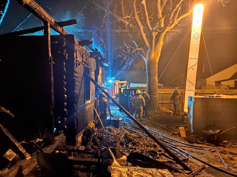 В Смоленской области в частном доме в городе Ельня произошел пожар. В результате возгорания погибли семь человек, включая пятерых детей. Еще один взрослый человек госпитализирован